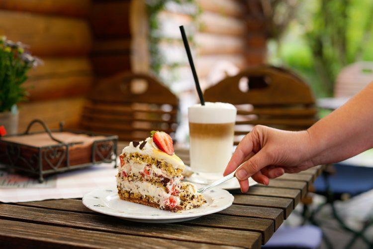 Stracciatella Eierlikör Torte Mit Erdbeeren